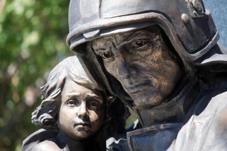 «Спасают жизни людей, рискуя своими»: памятник пожарным открыли в Новосибирске