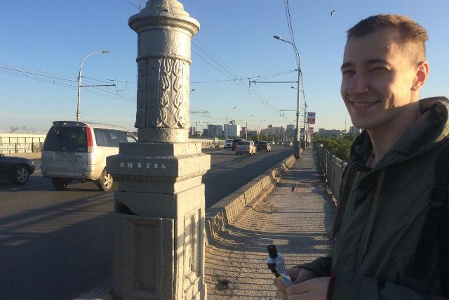 Новосибирский дизайнер расклеивает по городу слово «любовь»