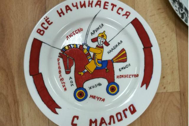 Мастера керамики в Новосибирске расписали тарелки к 100-летию революции