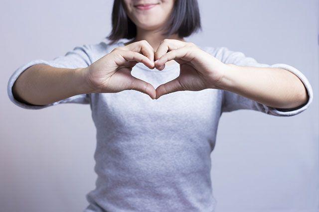 Скрепя сердце или скрипя сердцем — как правильно?