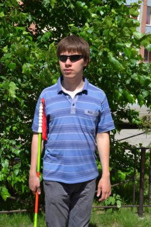 Незрячий студент тестирует трость — изобретение завода в Новосибирске