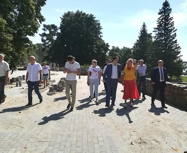Свежепосаженные на Михайловской набережной липы вновь поменяют… на элитного «Рудольфа»