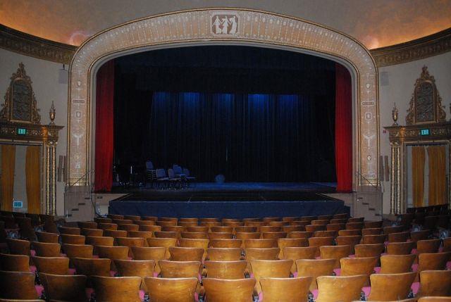 Зрительный или зрительский зал — как правильно?