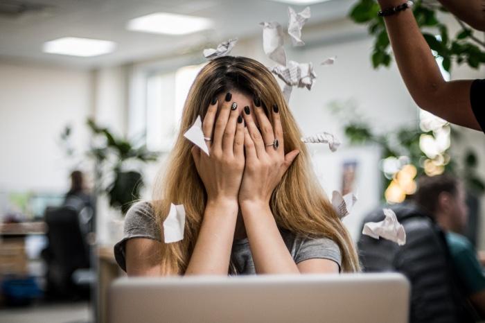 «Я стала врагом номер один»: сибиряки — о том, как их травят на работе