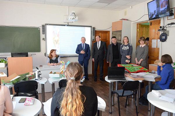 Глава Маслянино предложил работу в новой школе выпускникам НГПУ