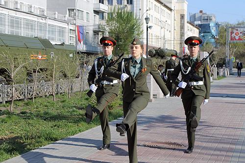 Студенты отстояли «Вахту памяти» у бюста Покрышкину