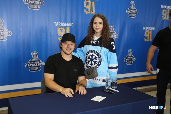 Сотни новосибирцев выстроились за автографом хоккеиста Владимира Тарасенко