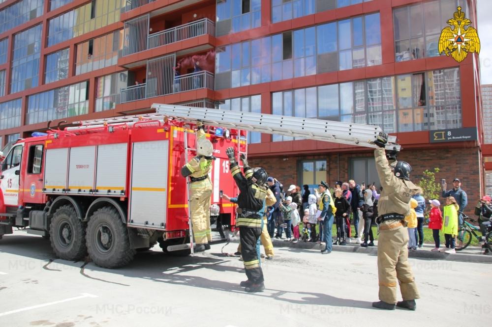 Пожарные из Новосибирска забрались на 26 этаж жилого здания